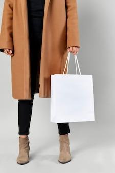 Donna che porta una borsa della spesa