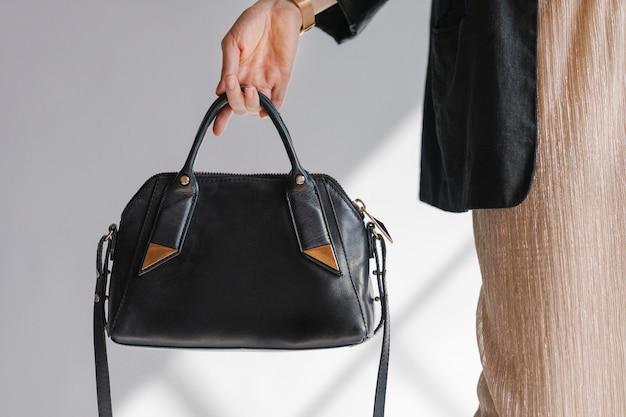 Donna che porta una borsa a tracolla