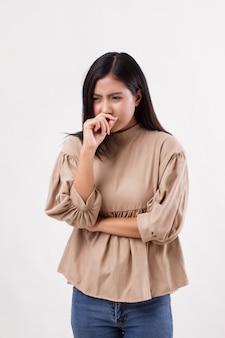 Donna che prende un raffreddore, influenza, naso che cola, allergia
