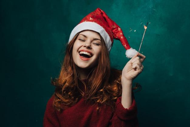 La donna celebra il natale e il nuovo anno.