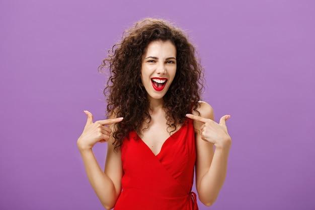Donna che celebra il segno positivo dell'accordo, soddisfatta e soddisfatta, vantandosi dei propri successi...