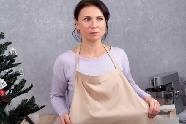 Cuoco unico della donna in grembiule da cucina in cucina. preparazione per il lavoro.