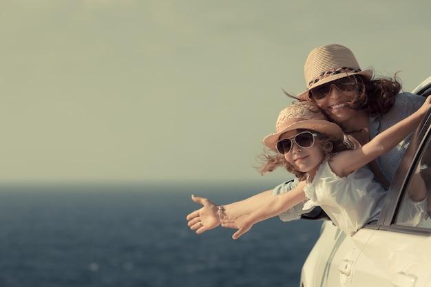 Donna e bambino in spiaggia vacanze estive concept
