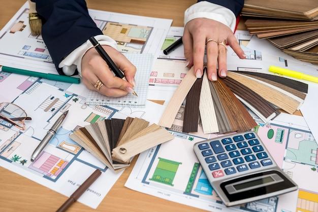 La donna sceglie i materiali con la tavolozza dei colori per il progetto casa