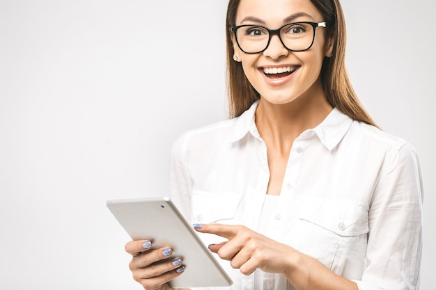 Donna in camicia classica con tablet i