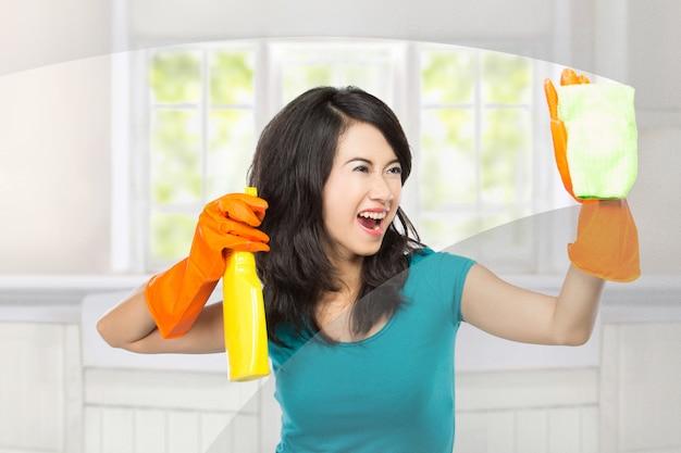 Finestre di pulizia donna