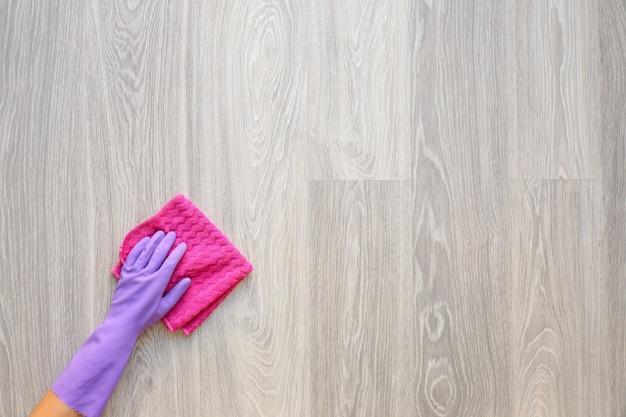 Donna che pulisce il pavimento in legno, vista dall'alto