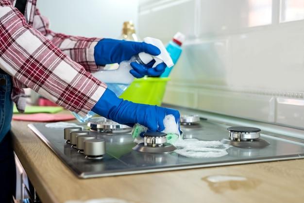 La donna pulisce in cucina. concetto di pulizia