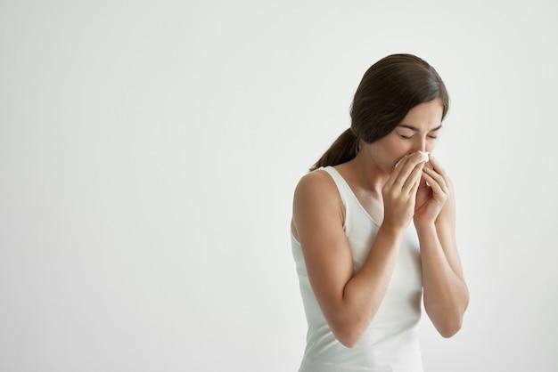 Problemi di salute del naso che cola fazzoletto freddo della donna