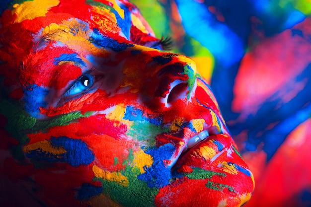 Donna in vernice colorata
