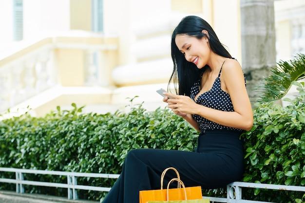 Donna che comunica in linea sul telefono