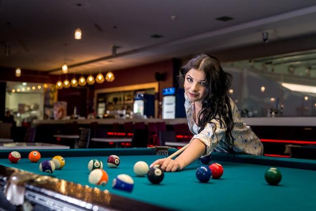 La donna si è concentrata sul gioco del biliardo nel pub