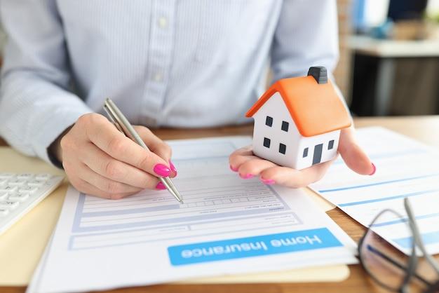 La donna conclude il primo piano del contratto di assicurazione immobiliare