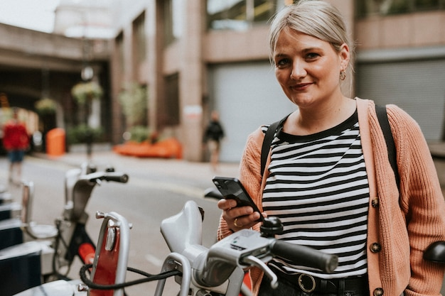 Donna che si connette a un'applicazione di noleggio bici