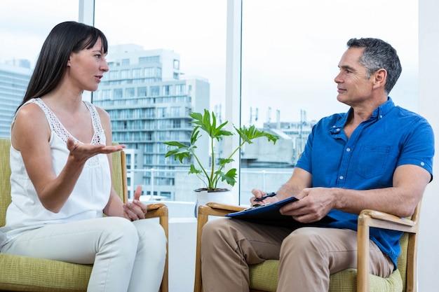 Donna che consulta un terapista in clinica