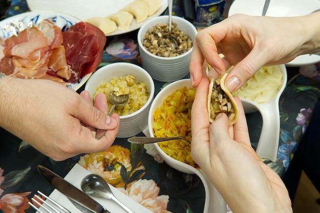 Donna che cucina gustosi gnocchi, primi piani. gnocchi fatti in casa fai da te con diversi ripieni. gnocchi di patate