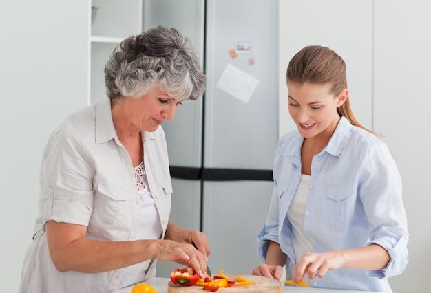 Donna che cucina con sua madre a casa