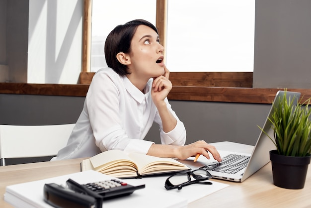 Donna in costume davanti al computer portatile con lo stile di vita dello studio di fiducia in se stessi di occhiali