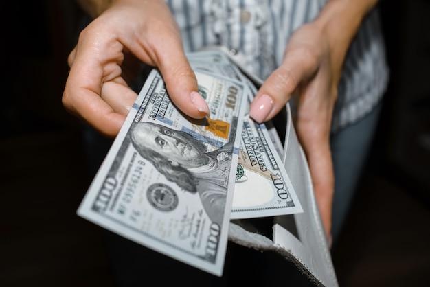 La donna conta i soldi