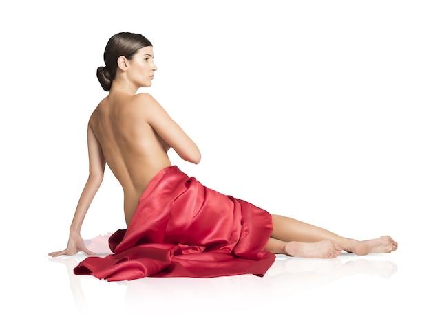 Donna coperta solo da un velo rosso