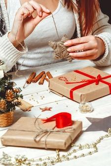 Donna che crea regali di natale alla moda