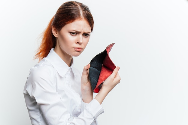 Crisi della donna senza soldi nel portafoglio