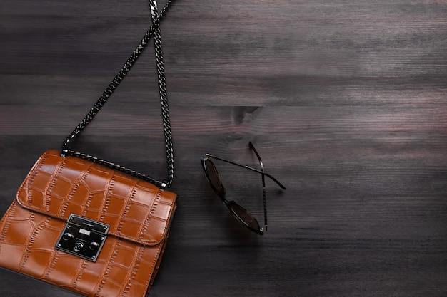 Borsa in pelle di coccodrillo donna o borsetta sul primo piano a catena