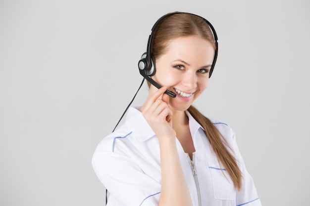 Lavoratore del servizio clienti donna, operatore sorridente call center