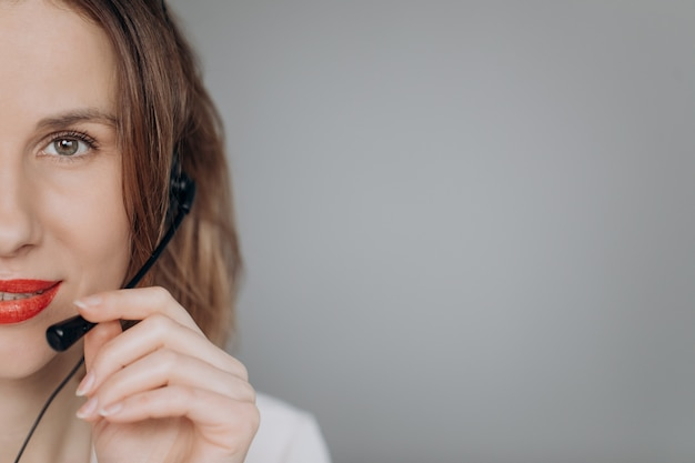 La cuffia avricolare di usura del receptionist dell'agente del servizio clienti della donna consulta il cliente online.