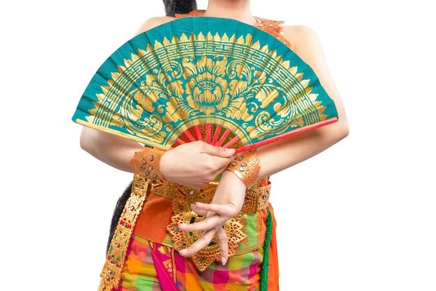 Donna che balla ballo tradizionale balinese isolato
