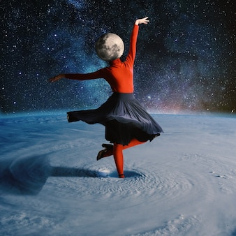 Donna che balla nello spazio esterno guidata dal pianeta. collage con tema cosmo e astronomia. spazio negativo per inserire il testo. design moderno. collage di arte contemporanea colorato e concettuale luminoso.