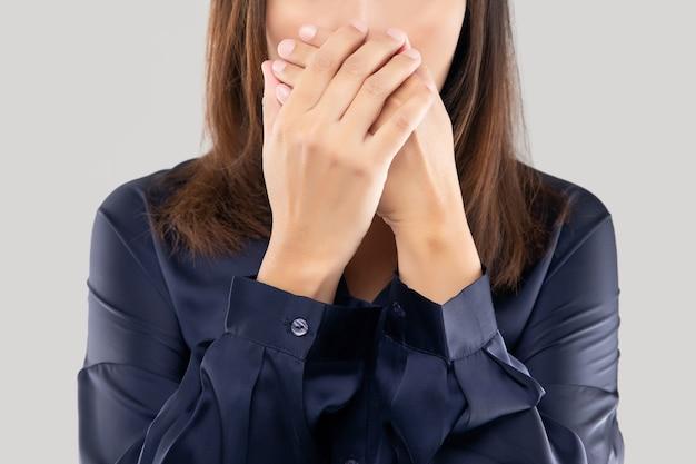 La donna con una maglietta blu scuro che non commenta e rifiuta