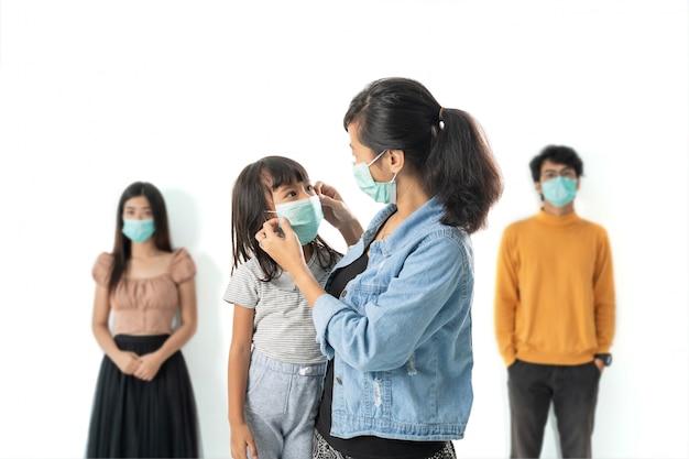 Maschere di protezione da portare ammalate della figlia e della donna