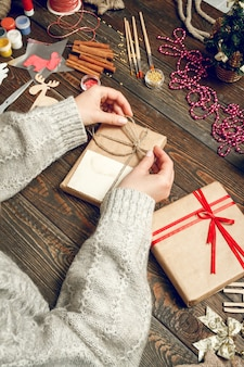Scatola di decorazione donna con regali di natale
