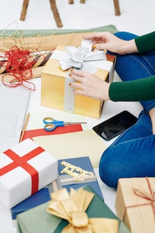 Donna che decora i regali di capodanno