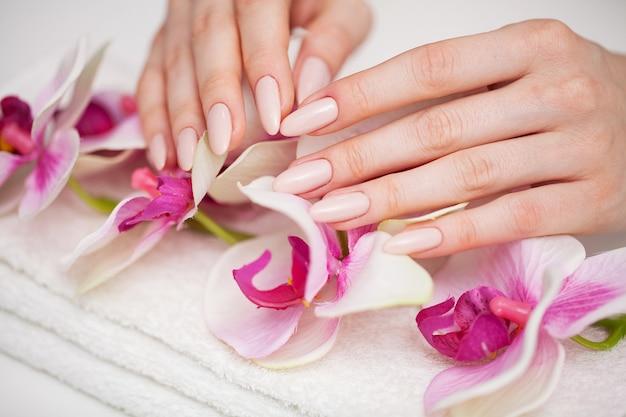La donna dimostra una manicure fresca