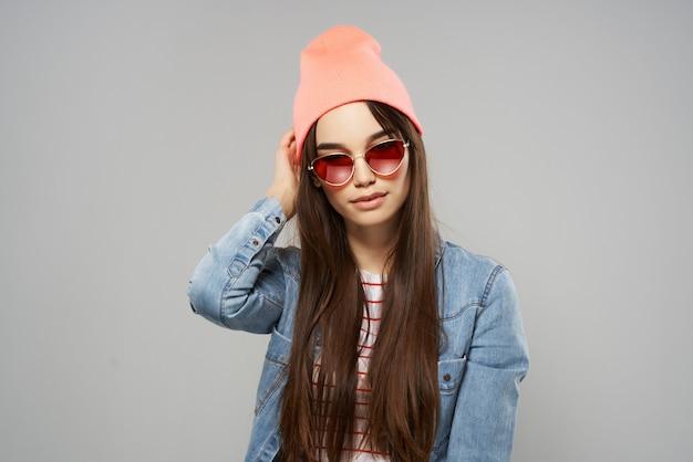 Donna in camicia di jeans moda occhiali da sole in stile moderno trend