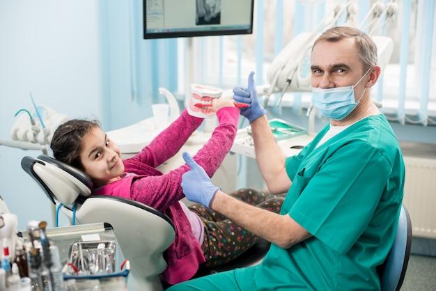 Donna nella sedia del dentista