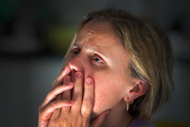 Depressione femminile o violenza domestica. persone, dolore e concetto di violenza domestica. primo piano della donna piangente spaventata infelice. ferma la violenza!
