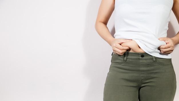 Concetto di stile di vita dieta donna per ridurre la pancia e modellare il muscolo dello stomaco sano.