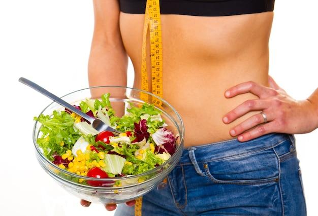Donna nella dieta con insalatiera