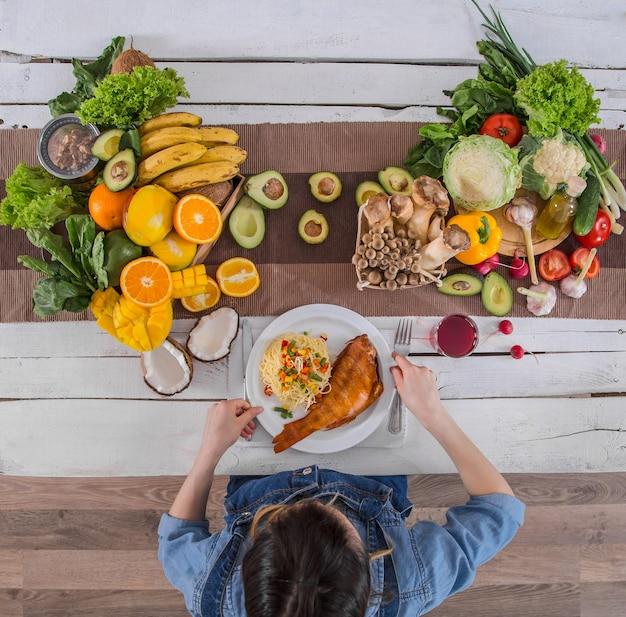 La donna a tavola con cibo biologico, la vista dall'alto.