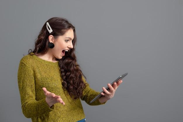 Donna che discute con gli amici in linea. concetto di affari, comunicazione e intrattenimento, lavoro a distanza