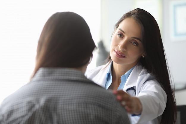 Donna in studio medico