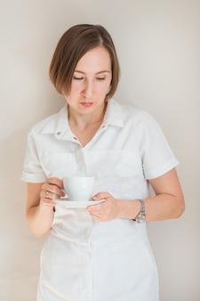 Medico della donna che tiene una tazza di caffè