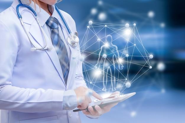 Dottoressa che tiene in mano un dispositivo intelligente con illustrazione grafica umana