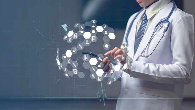 Medico della donna che tiene dispositivo astuto con l'icona medica