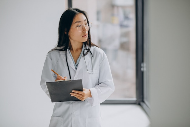 Medico donna in ospedale che prende appunti