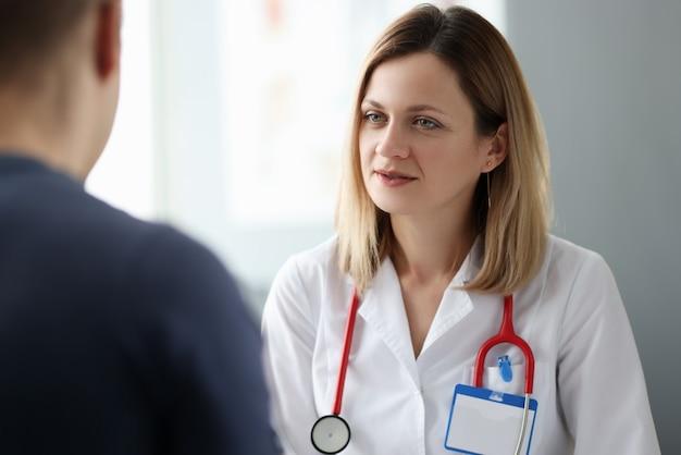Medico della donna che parla al paziente in clinica. concetto di aiuto psicologico