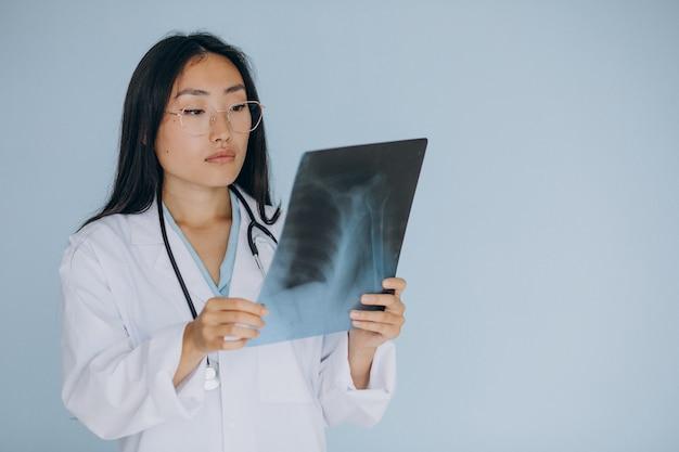 Medico donna che guarda la frattura ai raggi x